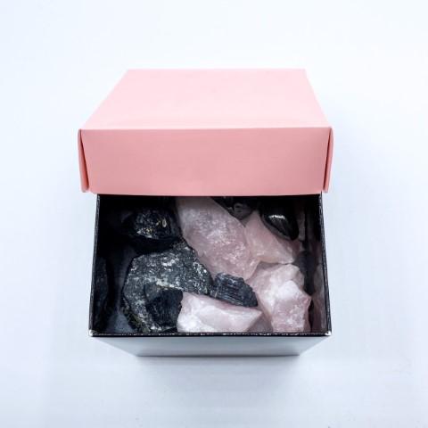 Zwart met roze doosje met toermalijn, hematiet en rozenkwarts