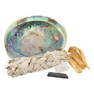 Abalone schelp, 3 stokjes Palo Santo, bosje Salie, toermalijn en een mekurisch kristal steentje