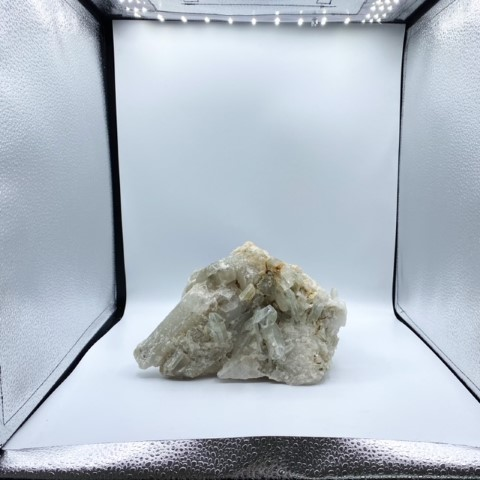 Stuk bergkristal in een foto studio hokje
