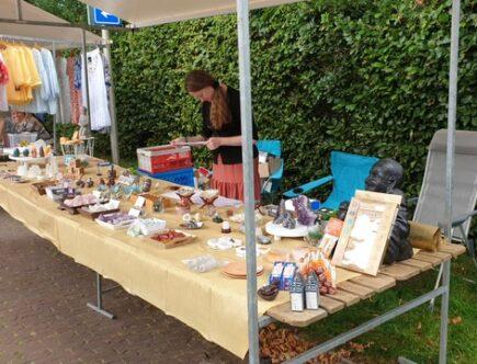 Thamar achter de marktkraam met edelstenen en spirituele artikelen